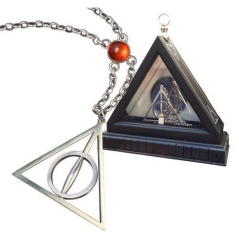 Lantisor Cu Pandantiv Harry Potter Triangle Deathly Hallows + Cutie de lemn - Original , NN7007 NN7007 Harry Potter Medalioan...